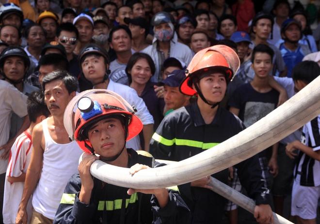 Vẻ mặt căng thẳng của lính cứu hỏa và hàng trăm người dân. Ngoài bộ phận giữ dây dẫn nước, nhiều mũi lính cứu hỏa đeo mặt nạ tiếp cận đám cháy từ nhiều hướng. Thời điểm xảy ra hỏa hoạn, tầng 3 và tầng 4 không có người.