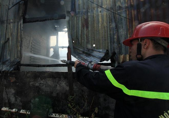 Một mũi khác tiếp cận từ nhà cao tầng bên cạnh, phá mái tôn để xối nước vào dập lửa. Phía trong căn nhà, ở tầng 1 và tầng 2 là những bình mỹ phẩm bị vỡ, tỏa khí nồng nặc, nằm ngổn ngang khắp lối đi. Ở tầng 3 và 4 là khói và khí độc.