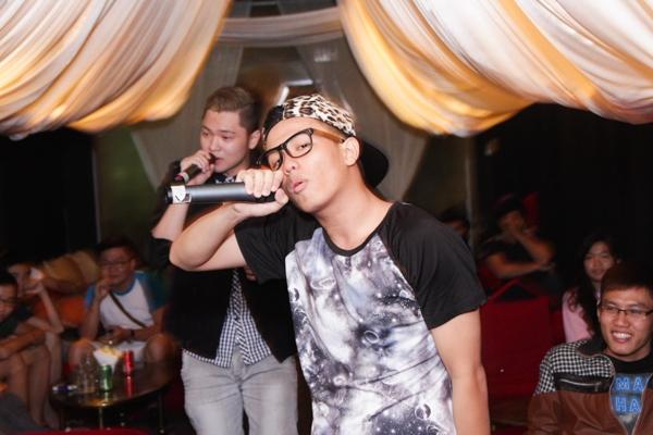 Trong phần giao lưu với khán giả, Bảo Kun còn ngẫu hứng song ca với một fans ruột đến tham gia chương trình.