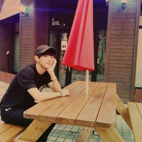 """Chanyeol cập nhật tình hình thời tiết thông qua bức hình dễ thương với nội dung: """"Nóng quá"""""""