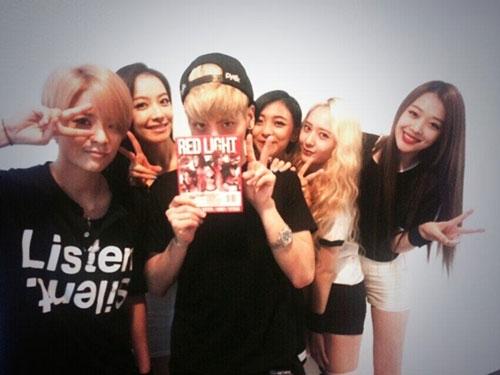 Jonghyun khoe hình ủng hộ f(x) khi cầm album của họ trên tay