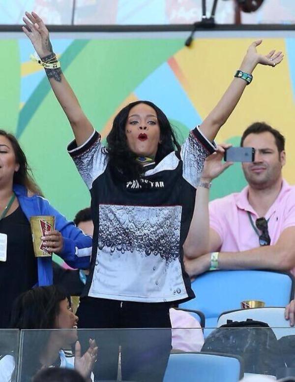 [Bóng Đá] Rihanna gây sốc khi vạch áo khoe vòng 1 mừng tuyển Đức vô địch