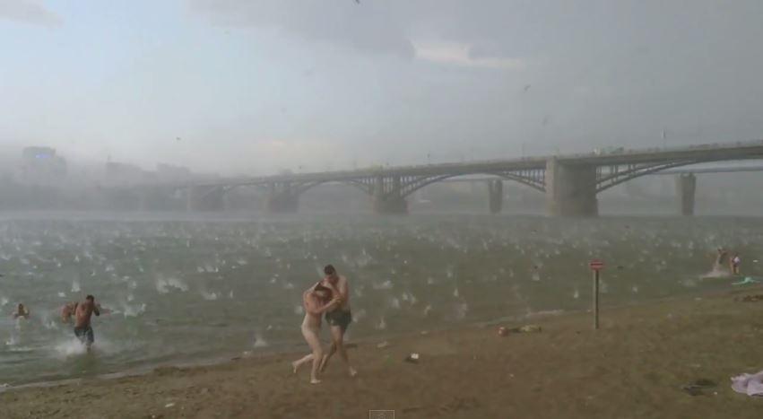 Người dân hoảng loạn vì cơn mưa đá giống như Ngày tận thế