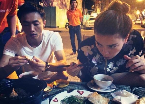 Ngay sau nghi án hôn nhau đổ vỡ, một số bạn bè của Hà Hồ đã đăng tải bức ảnh hạnh phúc của hai vợ chồng đang ngồi ăn cùng nhau để dập tan nghi án thiếu cơ sở. - Tin sao Viet - Tin tuc sao Viet - Scandal sao Viet - Tin tuc cua Sao - Tin cua Sao