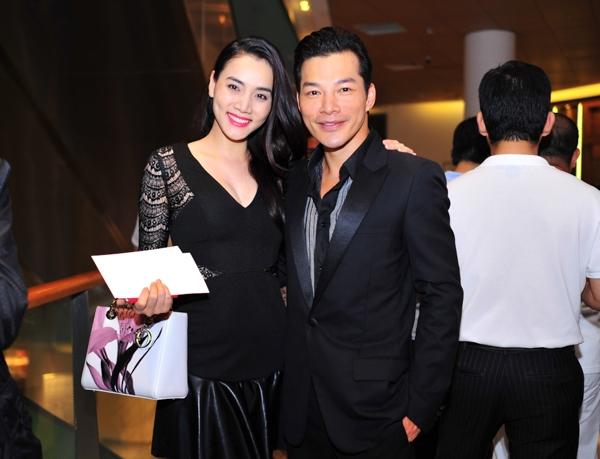 Trương Ngọc Ánh cùng con gái gửi hoa chia vui với Trần Bảo Sơn