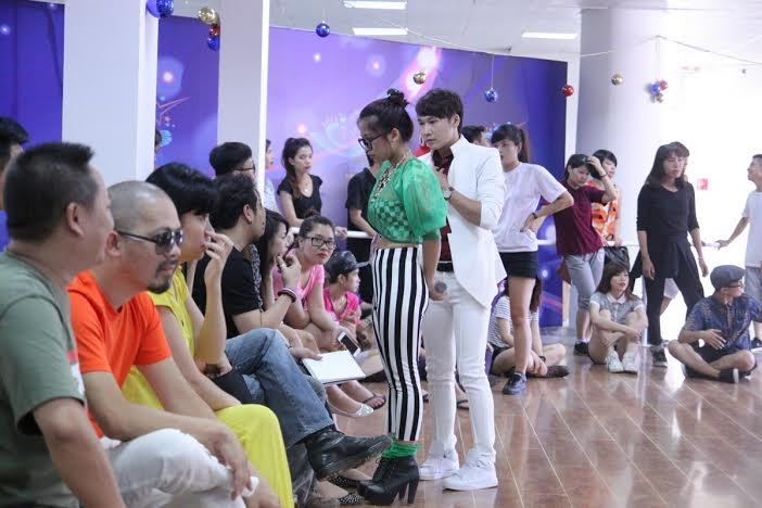 Ngoài sự hỗ trợ của chuyên gia Thái Lan, các ca sỹ còn nhận được sự đầu tư và hỗ trợ khá lớn từ các chuyên gia khác như Diva Mỹ Linh - Cố vấn thanh nhạc, NTK Đức Hùng, Hà Duy, Hà Linh Thư - Chuyên gia trang phục, Kenny Thái - Chuyên gia trang điểm.
