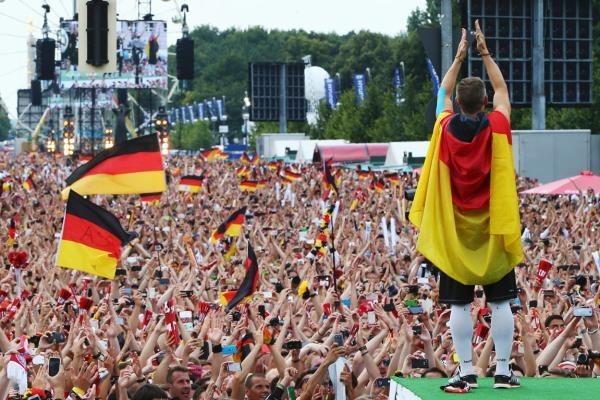 Buổi lễ mừng chiến thắng của tuyển Đức trước hàng vạn người hâm mộ tại Berlin.
