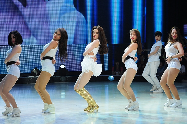 Hồ Ngọc Hà không chỉ khoe vũ đạo trên sân khấu