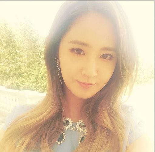 Yuri khoe hình tự sướng cực xinh và quảng cáo album mới của nhóm sắp được phát hành