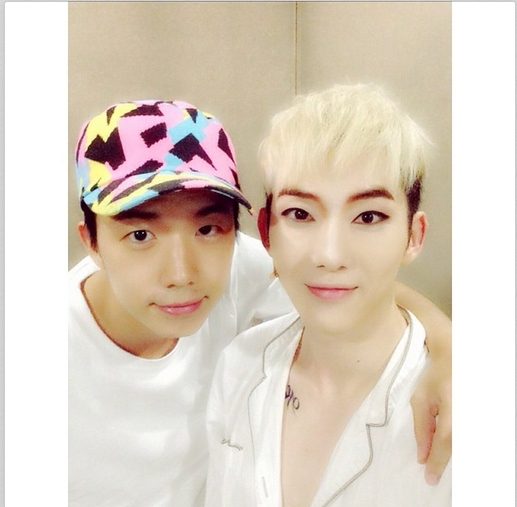 Jokwon khoe hình chụp cùng Wooyoung khi anh đến ủng hộ nhạc kịch
