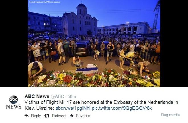 ABC News đăng tải những hình ảnh tưởng niệm và cầu nguyện tại Hà Lan cho những nạn nhân trên chuyến bay.