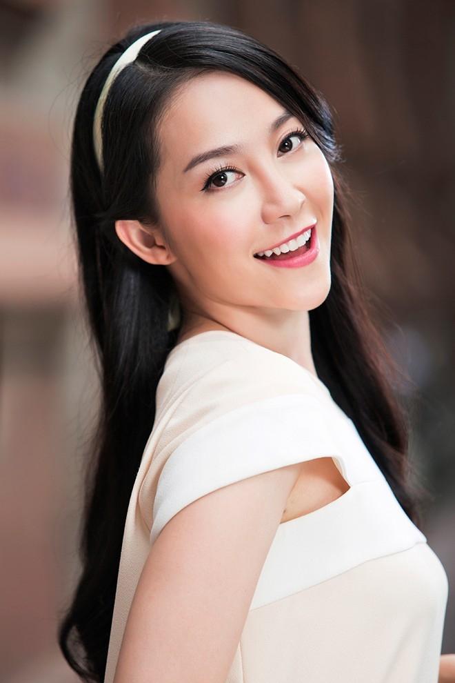 Một chiếc băng đô cùng tông màu với trang phục góp phần tạo điểm nhấn cho mái tóc xõa dài nền nã. Phần mái có thể uốn gợn nhẹ giúp gương mặt thêm duyên dáng.
