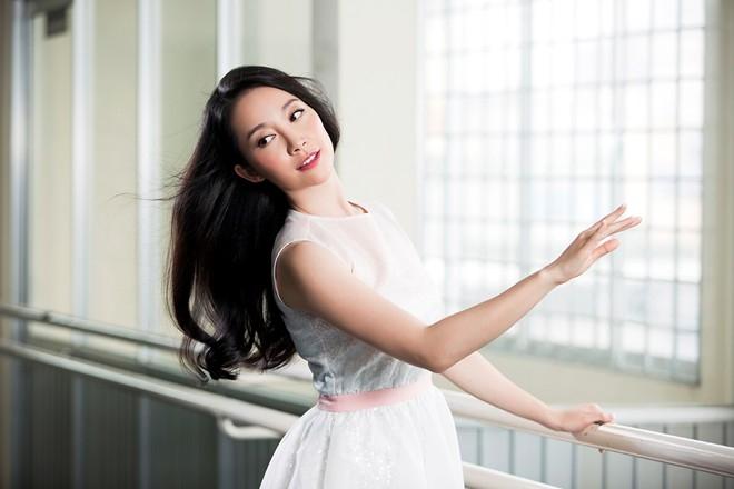 Ngay cả trong lúc tập múa, Linh Nga có thói quen xõa tóc tự nhiên bởi cô yêu thích được ngắm nhìn vũ điệu riêng của mái tóc.