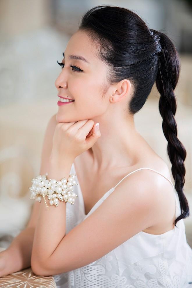 Cùng kiểu buộc tóc cao, có thể chia tóc thành 2 lọn rồi xoắn nhẹ với nhau tạo thành một bím tóc cách điệu. Kiểu tóc này cũng rất phù hợp để kết hợp với áo hai dây, khoe bờ vai và lưng thanh tú.
