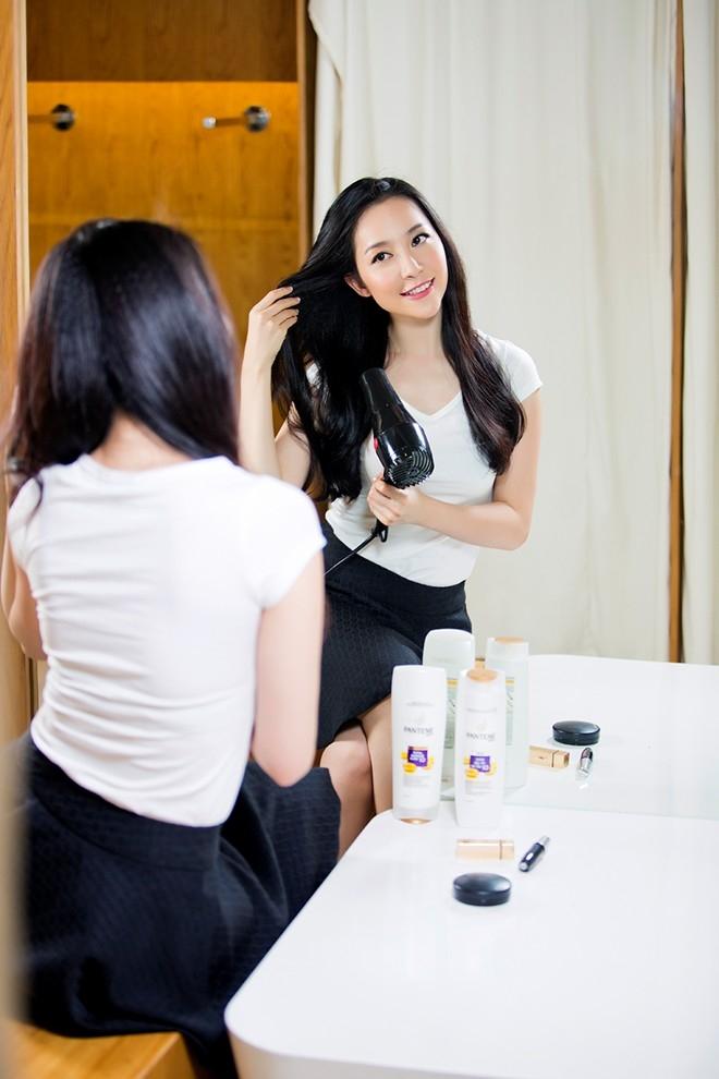 Bà mẹ một con dành nhiều thời gian để chăm chút cho mái tóc hoàn hảo.