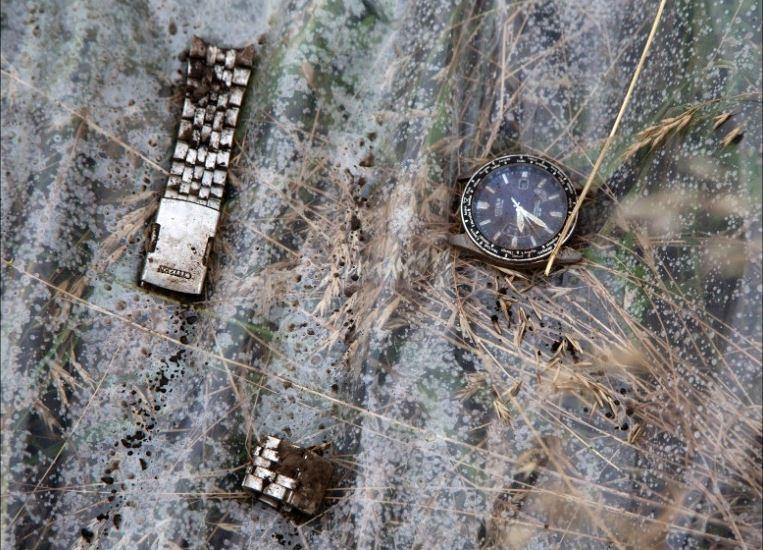Những mảnh còn sót lại của một chiếc đồng hồ đeo tay.