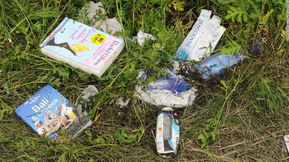 Những cuốc sách nằm vương vãi khắp nơi
