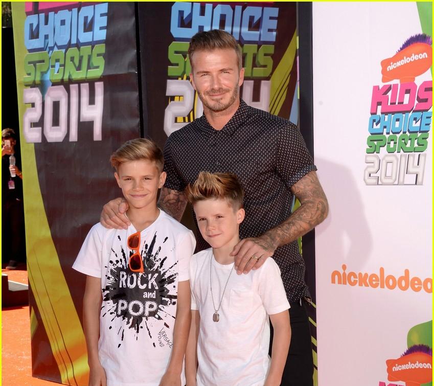 Ba cha con nhà Becks trước khi lên nhận giải thưởng