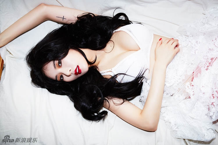 HyunA tiếp tục khoe vòng 1 gợi cảm