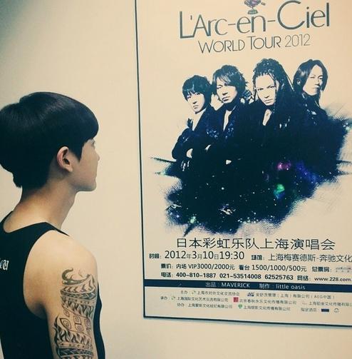 Chanyeol khoe hình đang ngắm poster concert của nhóm nhạc L'Arc-en-Ciel