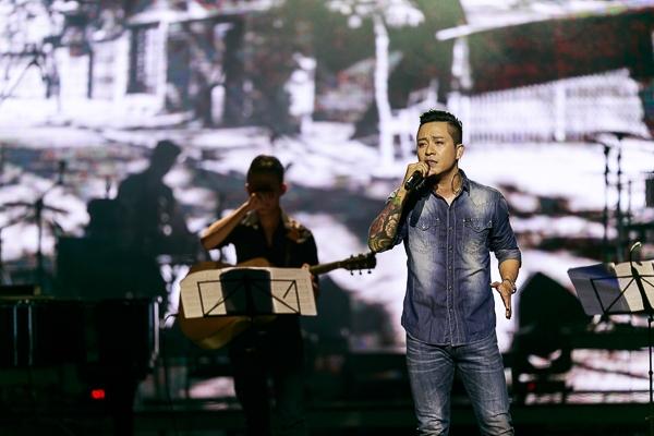 Xuyên suốt đêm nhạc, nam ca sĩ Hà Thành đã khéo léo dẫn dắt khán giả đi từ cung bậc cảm xúc này đến cung bậc cảm xúc khác. - Tin sao Viet - Tin tuc sao Viet - Scandal sao Viet - Tin tuc cua Sao - Tin cua Sao