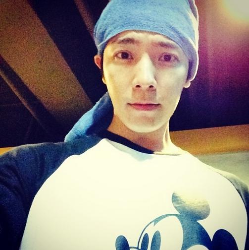 Donghae điển trai khoe hình với áo Mickey