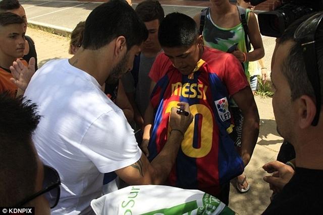 Tân binh của Barcelona ký tặng người hâm mộ trên áo của Messi