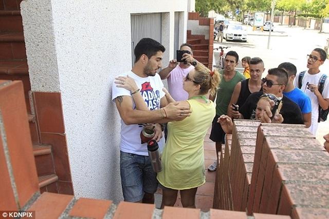 Vợ chồng Suarez được các CĐV chào đón nồng nhiệt