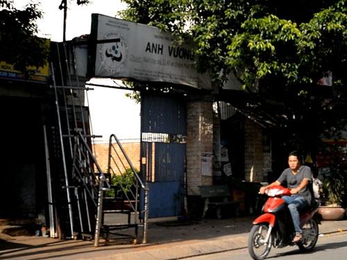 Cổng Trường tiểu học chuyên biệt Anh Vương - Ảnh: Lam Ngọc (cắt từ clip)