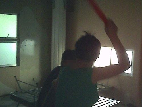 Phi Bằng đang bị cô Trâm đánh bằng cây nhựa cứng
