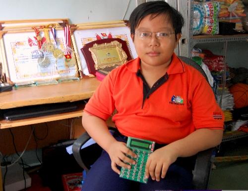 Nguyễn Dương Kim Hảo và chiếc máy tính tự phát minh (Ảnh: Khánh Ly)