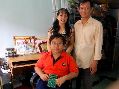 Mẹ con Hảo ở trọ tại TP HCM, còn ba vẫn dạy vật lý ở Tiền Giang. Ảnh: Khánh Ly