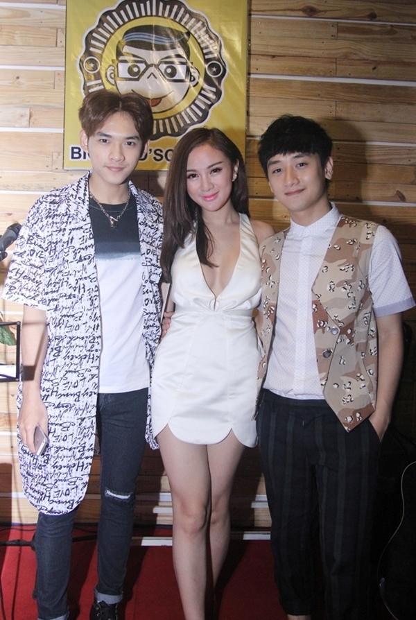 Cô cùng Hotboy Dương Minh Tuấn rất thân thiết với Cậu Bé Hạt Tiêu – Huy Ma.