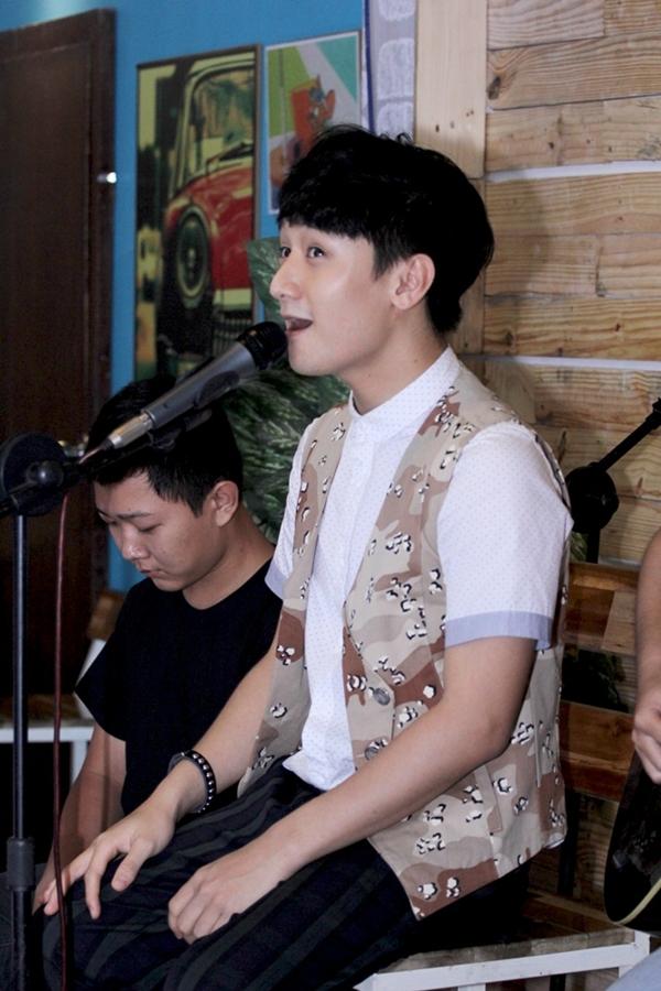 """Huy Ma say sưa thể hiện ca khúc chủ đề """"Cậu Bé Hạt Tiêu"""" trong album đầu tay"""