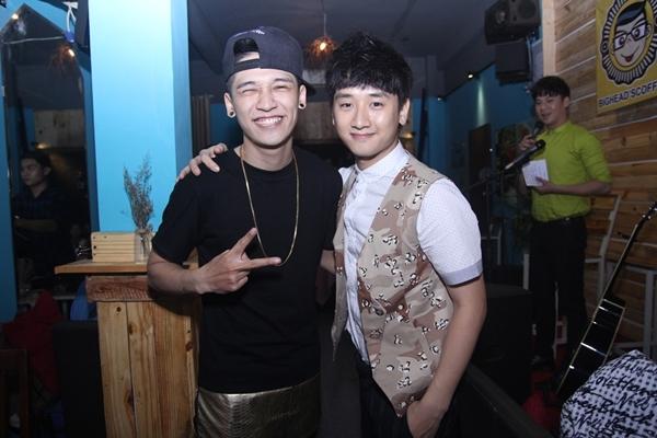 Gần đây fan hay bắt gặp anh cùng Huy Ma và bạn bèđi chơi trong trung tâm thành phố