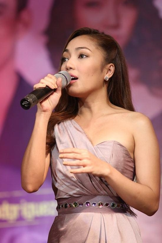 """Nữ ca sĩ Jonalyn Viray xúc động trước sự yêu mến của khán giả Việt Nam đã dành cho phim """"Người tình của chồng tôi""""."""
