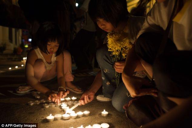 Những ngọn nến đã được thắp sáng từ Hà Lan đến Malaysia để tưởng niệm những nạn nhân đã thiệt mạng trên chuyến bay tử thần MH17
