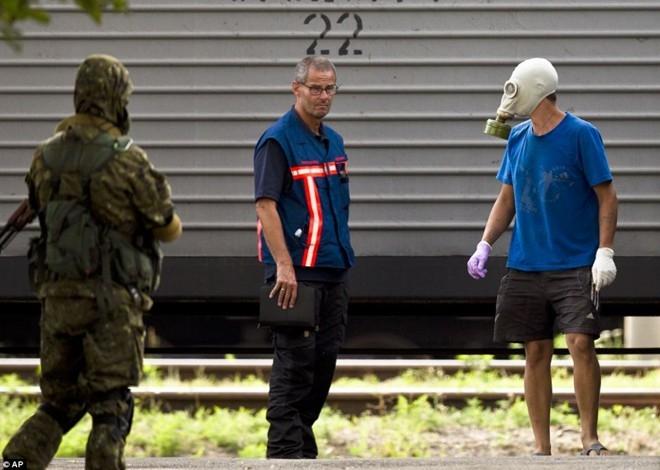 Các chuyên gia pháp y Hà Lan đã đến hiện trường tai nạn từ hôm qua 21/7 để kiểm tra tình trạng và số lượng thi thể. Họ sẽ theo dõi việc bàn giao thi thể cho chính quyền Hà Lan. Ảnh: AP