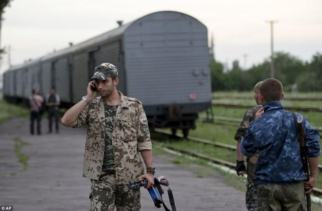 5 ngày kể từ khi thảm kịch MH17 xảy ra, phiến quân ở miền đông Ukraina đã chấp thuận để tàu hỏa chở thi thể nạn nhân rời Torez (miền đông) và đến thành phố Kharkov do chính phủ kiểm soát. Sau đó người ta vận chuyển các tử thi sang Hà Lan bằng máy bay và bàn giao cho các chuyên gia pháp y. Ảnh: AP