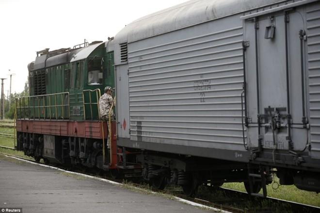 Các quan chức Ukraina cho biết đoàn tàu chở thi thể của 282 nạn nhân cùng 87 bộ phận còn lại của 16 hành khách. Phiến quân bảo quản thi thể trong các thùng đông lạnh. Chính phủ Ukraina quyết định để Hà Lan đảm nhận vai trò điều phối công tác điều tra và nhận diện thi thể, do Hà Lan là nước có số nạn nhân cao nhất. Ảnh: Reuters