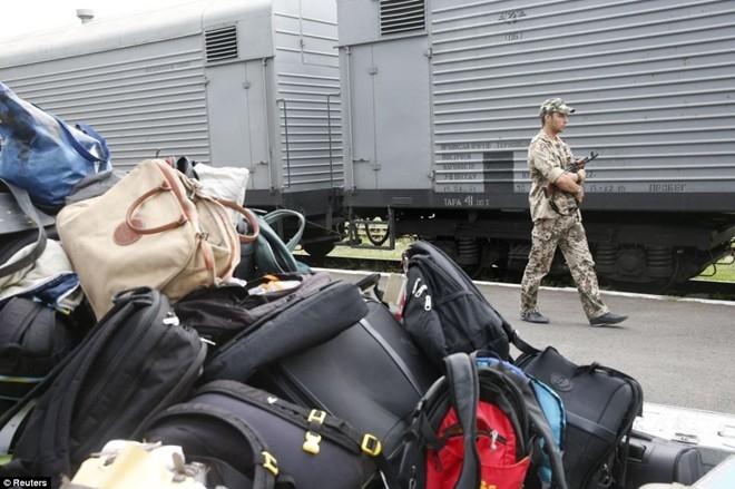 Phiến quân cũng di chuyển hành lý của các nạn nhân đến một địa điểm khác. Trước đó, chính quyền Ukraina cáo buộc lực lượng nổi dậy hôi của, lục hành lý của nạn nhân để tìm kiếm những vật dụng có giá trị. Ảnh: Reuters