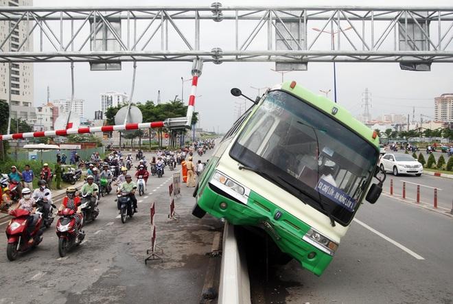 Xe buýt leo lên dải phân cách cao một mét