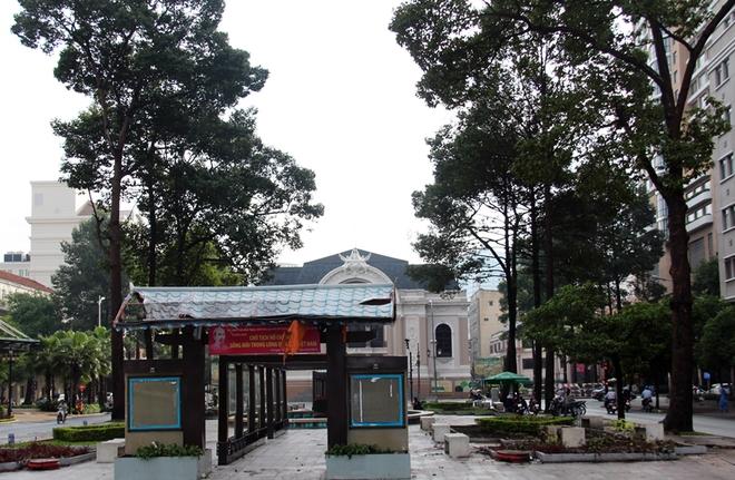 Để phục vụ cho việc thi công nhà ga ngầm đầu tiên (ga Nhà hát thành phố) của tuyến metro số 1, toàn bộ cây xanh ở công viên Lam Sơn (phía trước Nhà hát) sẽ được đốn hạ. Ga Nhà hát thành phố có chiều dài 190 m, rộng 26 m gồm bốn tầng (hai tầng chờ khách và hai tầng ke ga) với chiều sâu 40 m, thi công theo phương pháp top-down (làm tường vây và cọc chống trước, sau đó đào đất và thi công các sàn từ trên xuống) để giảm thiểu rủi ro lún sụt.