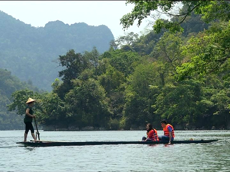"""VJ Bảo Kỳ và Thùy Trang """"chơi dại"""" trên Hồ Ba Bể"""