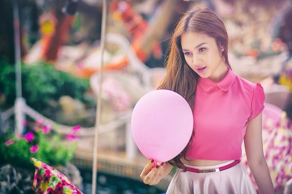 Ngắm DJ Winny Quyên khoe sắc với gam hồng nữ tính