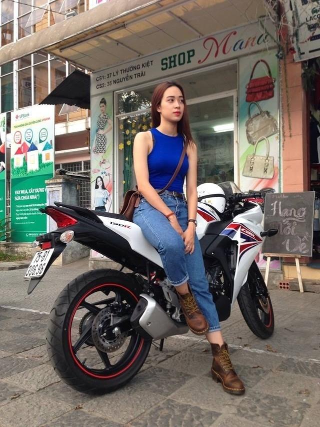 Hai tháng gần đây, trên đường phố Huế bỗng xuất hiện hình ảnh một cô gái trẻ với mái tóc dài thướt tha, chạy trên chiếc xe phân khối CBR 150cc khá hầm hố, với phong cách ăn mặc lúc ngầu lúc nữ tính, gợi cảm.
