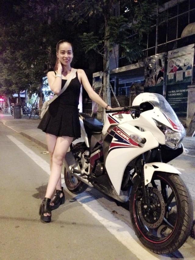 Cô là Nguyễn Hoài Thương. Vốn đam mê tốc độ, Hoài Thương đã tậu chiếc xe này trái hẳn với vẻ ngoài mong manh, nữ tính.