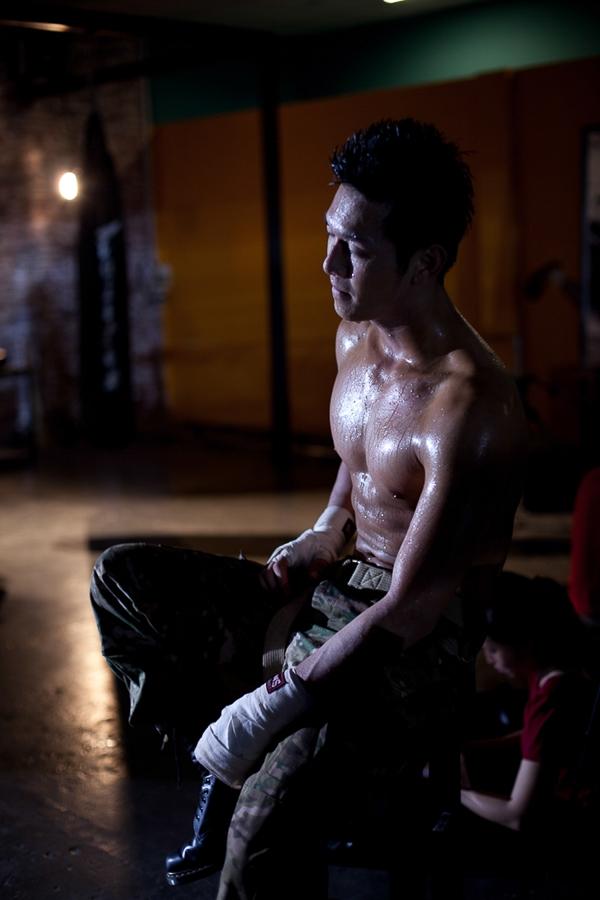Với vốn võ thuật được học từ bé nên nam ca sĩ đã không gặp khó khăn thể hiện những màn đấm bao cát đầy uy lực và dũng mãnh.