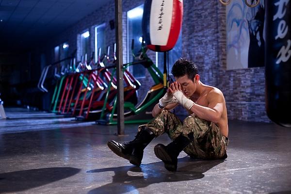"""Phát hành song song với album """"Tạm chia tay"""" là MV của ca khúc chủ đề. Không chỉ khổ luyện về thanh nhạc lẫn vũ đạo, trong thời gian qua Song Luân còn nỗ lực tập luyện thể hình để có được thân hình 6 múi săn chắc."""