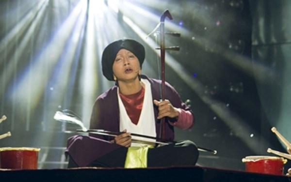 """Hoài Lâm đã khiến khán giả phải thán phục khi hóa thân thành cố nghệ nhân Hà Thị Cầu. Không chỉ """"bắt chước"""" được giọng hát, từng cử chỉ, điệu bộ của Hoài Lâm đều """"sao y bản chính"""". - Tin sao Viet - Tin tuc sao Viet - Scandal sao Viet - Tin tuc cua Sao - Tin cua Sao"""
